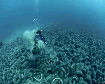 Покрышки в океане