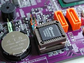 На плате персонального компьютера находиться BIOS – специальный чип, и батарейка которая обеспечивает питание данного чипа