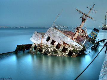 Полузатонувшее судно