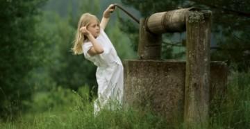 Девочка и набирает воду