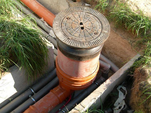 Современный колодец канализации