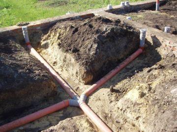 процесс укладки канализационных труб